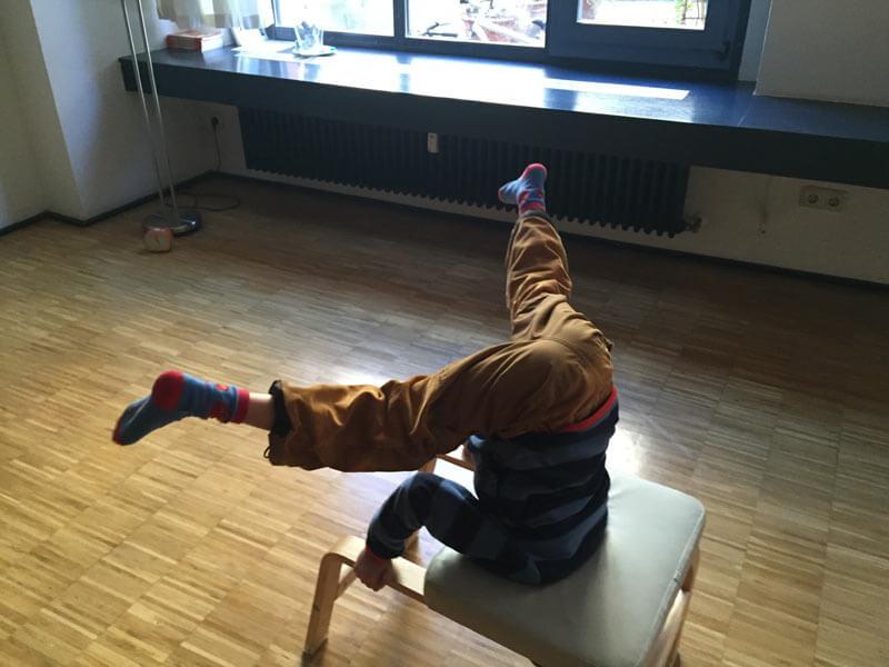 acro yoga kopf ber ins gl ck achtung suchtgefahr. Black Bedroom Furniture Sets. Home Design Ideas