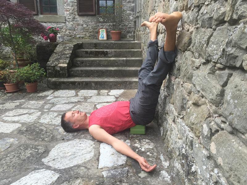 Yoga An Der Wand: 8 Yoga-Übungen , Die Du Kennen Solltest