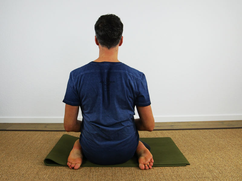 Yoga Sitzhaltung Virasana - ohne Hilfsmittel Rückseite