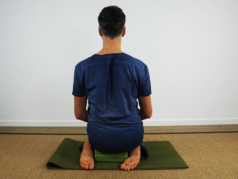 Yoga Sitzhaltung Virasana - mit Block als Hilfsmittel Rückseite