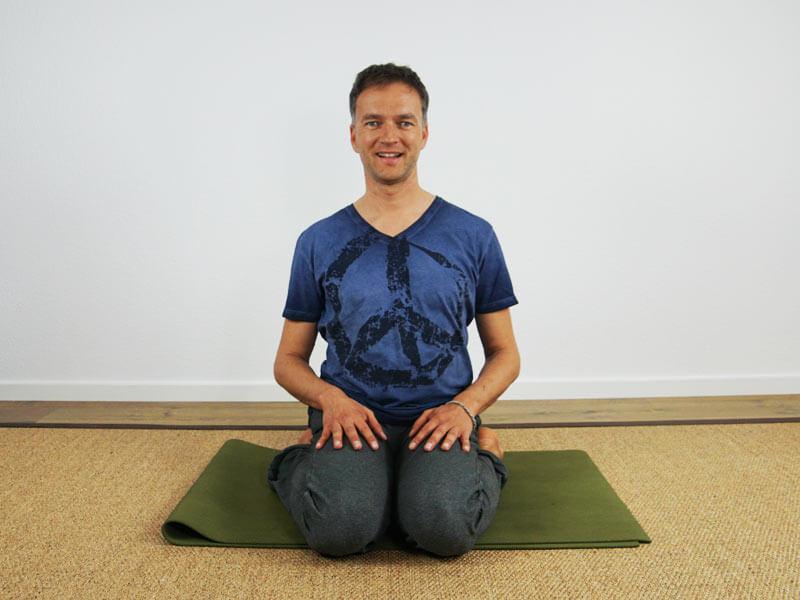 Yoga Sitzhaltung Virasana - ohne Hilfsmittel