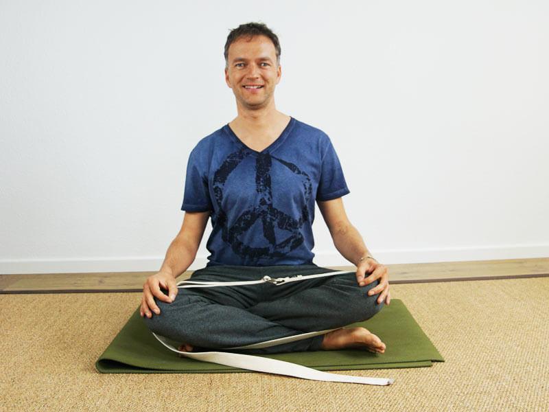 Yoga Sitzhaltung Schneidersitz - Meditationssitz - Unterstützung durch Gurt