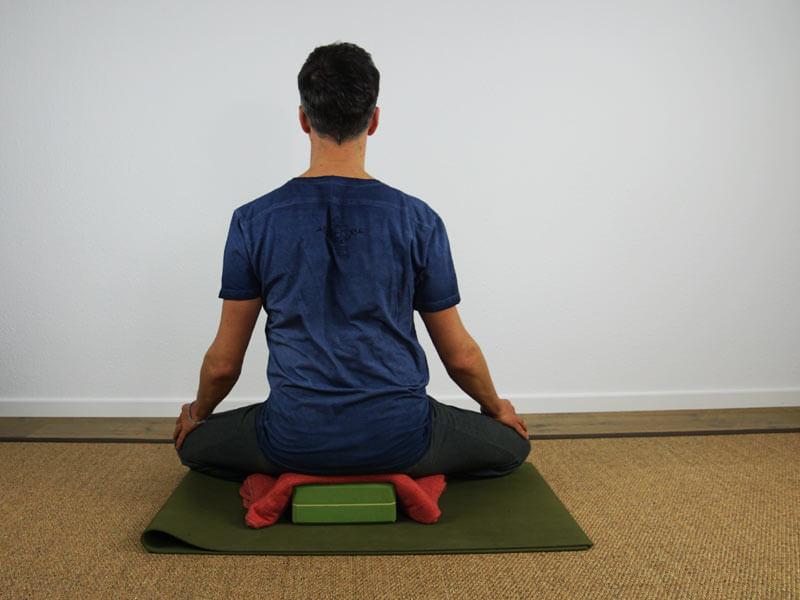 Yoga Sitzhaltung Siddhasana - Entlastung Hüften durch Block und Decke