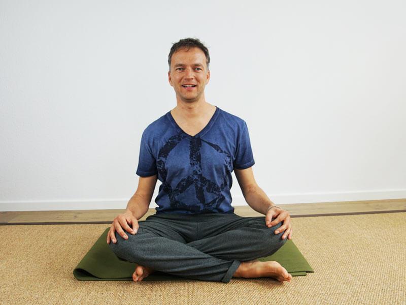 Yoga Sitzhaltung Schneidersitz - Meditationssitz