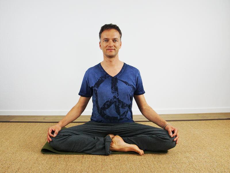 Yoga Sitzhaltung Siddhasana ohne Hilfsmittel