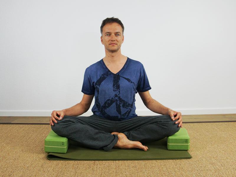 Yoga Sitzhaltung Siddhasana mit Blöcke als Unterstützung für die Knie