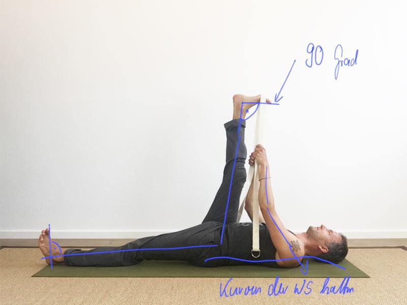 Yoga Übung Hamstrings mit Gurt
