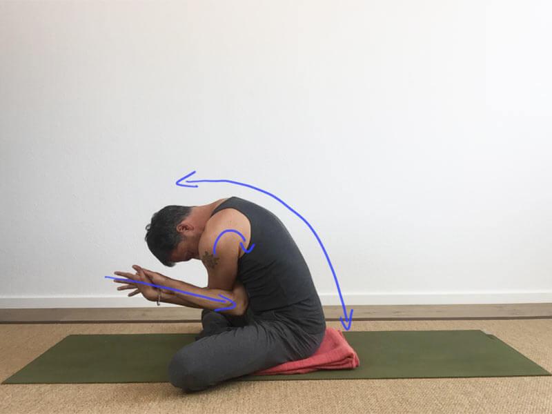 Yoga-Übungen für Schultern: Garuda(Adler)-Arme - runder Rücken