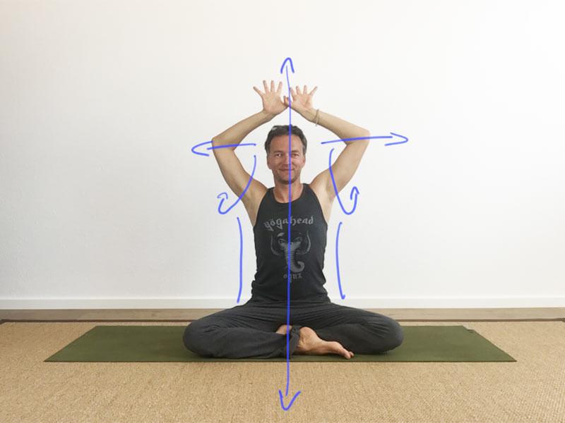 Yoga-Übungen für Schultern: Daumen überkreuzen und Ellenbogen auseinanderziehen