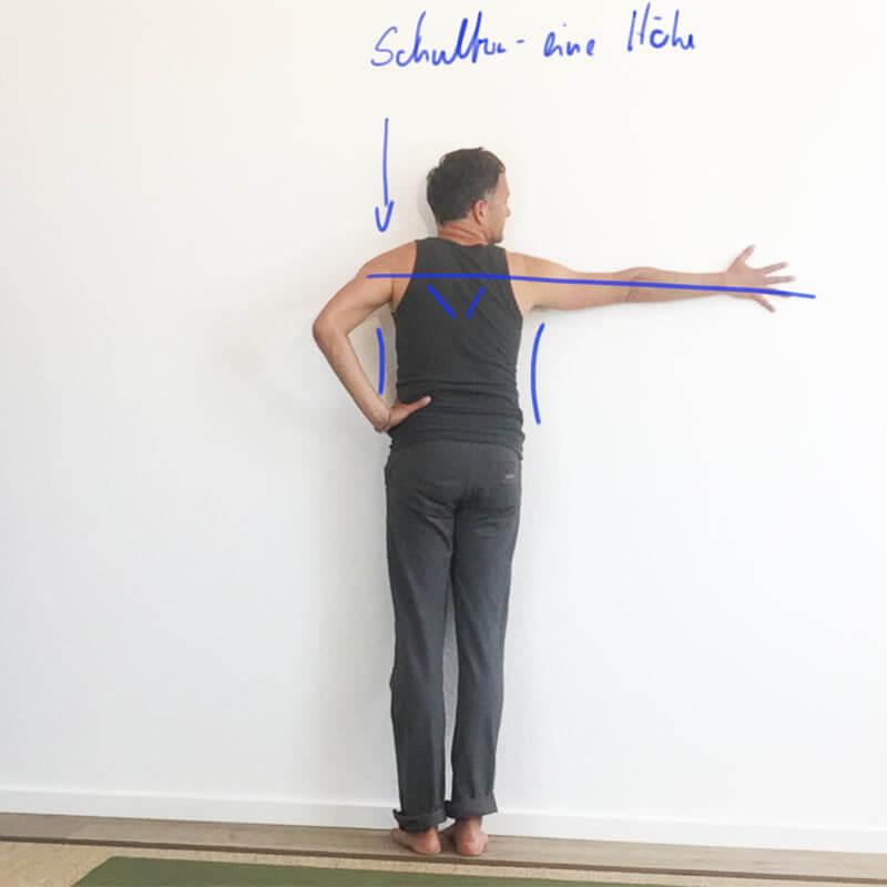 Yoga-Übungen für Schultern: Schulteröffnung an der Wand