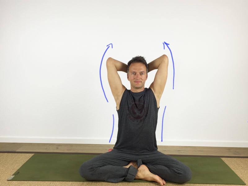 Yoga-Übungen für Schultern: Handballen zum Hinterkopf