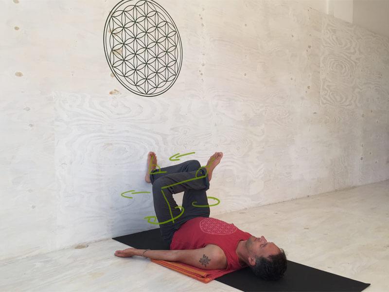 Yoga Übungen offene Hüften an der wand