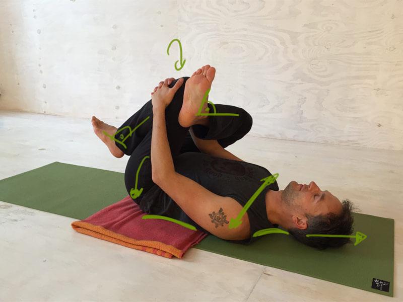 Yoga-Übungen gegen Rückenschmerzen Krokodilshaltung Nadelöhr Übung