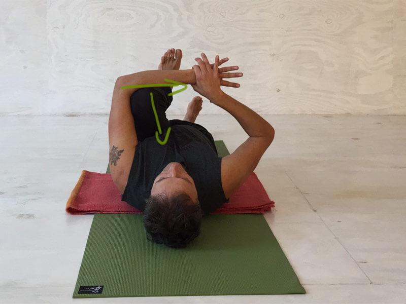 Yoga-Übungen gegen Rückenschmerzen - Knie Richtung Herz