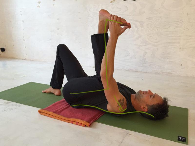 Yoga-Übungen gegen Rückenschmerzen - Halbes Happy Baby mit angewinkelten Bein