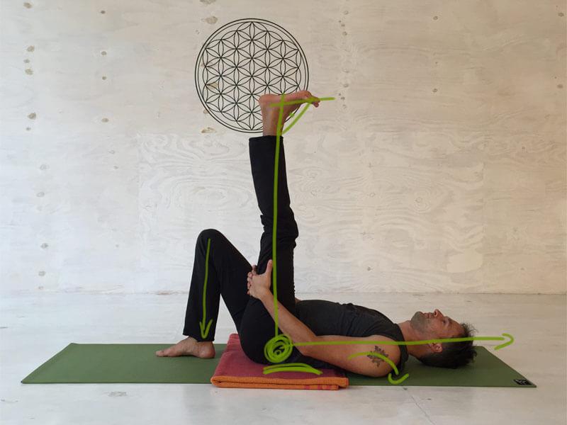 Yoga-Übungen gegen Rückenschmerzen - Supta Pandangusthasana mit angewinkelten Bein