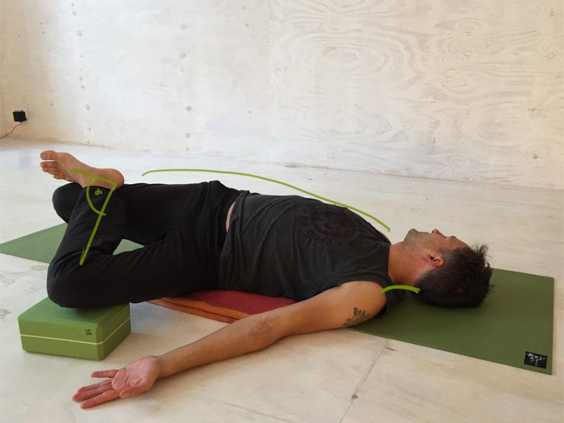 Yoga-Übungen gegen Rückenschmerzen Krokodilshaltung Nadelöhr Übung Twist