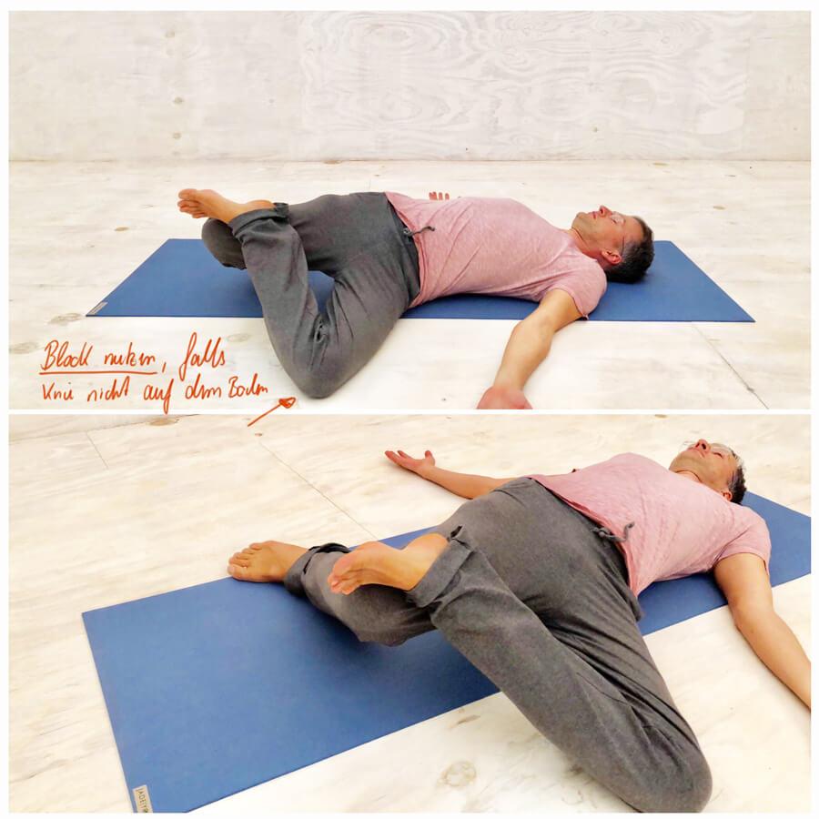 Ich bin sehr dankbar, den Wert dieser Übung erkannt zu haben. Sie ist in vielen meiner Yogastunden, Videos und DVDs inzwischen zu einem festen Bestandteil geworden. Verschränke einfach die Hände hinter der Oberschenkelrückseite des rechten Beines. Jetzt drückst du die Rückseite in die Hände und beginnst gegen den Widerstand der Handflächen aktiv das rechte Bein zu strecken. Halte die Füße aktiv, die Zehen gespreizt und die Ballen exakt ausgerichtet. Wenn du auf diese Weise beide Seiten regelmäßig übst, werden Rückenschmerzen bald der Vergangenheit angehören. Stress dich also mit den Yoga-Übungen nicht. Du kannst beide Körperseiten gern 1–2 Minuten üben. Diese Yoga-Übung lebt von ihrer Regelmäßigkeit und ist tatsächlich eine Schlüsselübung gegen Rückenschmerzen. Insofern wiederhole ich mich sehr gern! Drehhaltung helfen