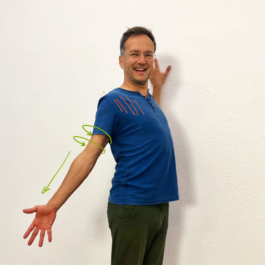 Pectoralis major dehnen - Yoga Übung an der wand
